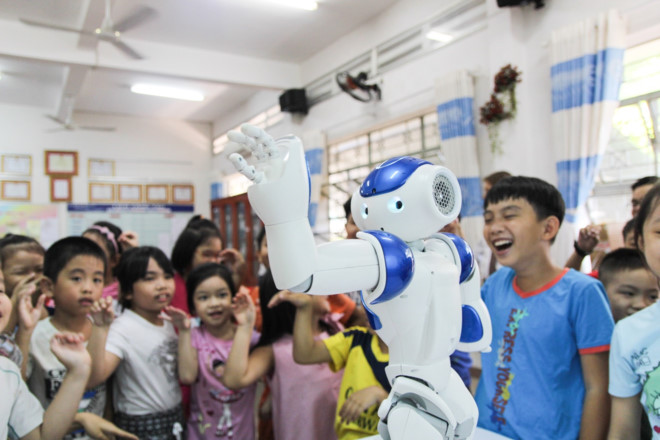 Ben trong lop hoc tieng Anh voi thay giao robot hinh anh 2